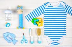 Accesorios del bebé en el fondo de madera blanco Fotos de archivo
