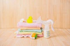 Accesorios del bebé en la tabla de madera con leche Imagenes de archivo