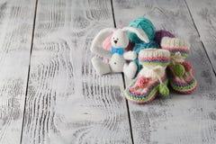 Accesorios del bebé en la tabla en fondo ligero Foto de archivo
