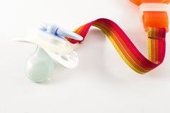 Accesorios del bebé - pacificador con el tenedor del clip en el fondo blanco Fotografía de archivo libre de regalías