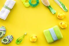 Accesorios del bebé para el baño con el cosmético y los patos del cuerpo en amarillo Foto de archivo libre de regalías