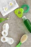 Accesorios del bebé para el baño con el cosmético y el peine del cuerpo en maqueta gris de la opinión superior del fondo Fotos de archivo libres de regalías