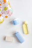 Accesorios del bebé para el baño con el pato en el fondo blanco Fotos de archivo libres de regalías