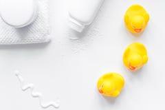 Accesorios del bebé para el baño con el pato en el fondo blanco Imagen de archivo