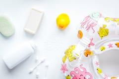 Accesorios del bebé para el baño con el pato en el fondo blanco Fotos de archivo