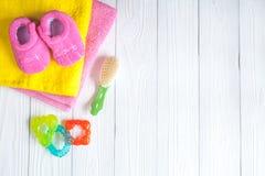Accesorios del bebé para el baño en fondo de madera Imagen de archivo