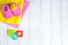 Accesorios del bebé para el baño en fondo de madera Imágenes de archivo libres de regalías