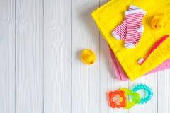 Accesorios del bebé para el baño en fondo de madera Fotos de archivo libres de regalías