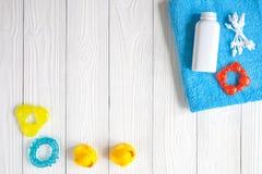 Accesorios del bebé para el baño en fondo de madera Fotografía de archivo