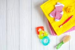 Accesorios del bebé para el baño en fondo de madera Foto de archivo