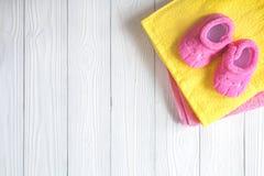 Accesorios del bebé para el baño en fondo de madera Fotografía de archivo libre de regalías