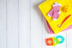 Accesorios del bebé para el baño en fondo de madera Foto de archivo libre de regalías