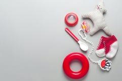 Accesorios del bebé sobre fondo gris Fotos de archivo libres de regalías