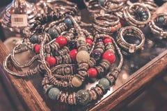 Accesorios del bijouterie de las mujeres en la tienda Isla de Bali Foto de archivo libre de regalías