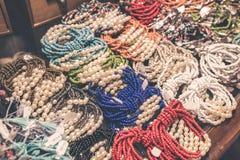 Accesorios del bijouterie de las mujeres en la tienda Isla de Bali Fotos de archivo libres de regalías