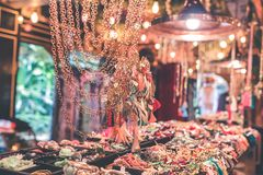 Accesorios del bijouterie de las mujeres en la tienda Isla de Bali Imagenes de archivo