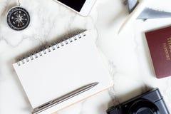 Accesorios del blogger del viaje en la tabla de mármol blanca de lujo Imagenes de archivo