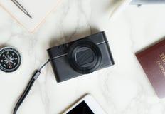 Accesorios del blogger del viaje en la tabla de mármol blanca de lujo Imagen de archivo