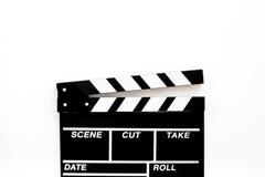 Accesorios del cineasta Clapperboard en el copyspace blanco de la opinión superior del fondo Foto de archivo libre de regalías