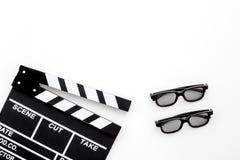 Accesorios del cineasta Clapperboard y vidrios en el copyspace blanco de la opinión superior del fondo Fotos de archivo libres de regalías