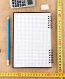 Accesorios del cuaderno, de la escuela y de la oficina en la madera Fotografía de archivo libre de regalías