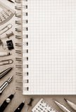 Accesorios del cuaderno y de la escuela en el fondo del metal Fotografía de archivo libre de regalías