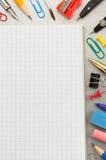 Accesorios del cuaderno y de la escuela en el fondo del metal Imagen de archivo