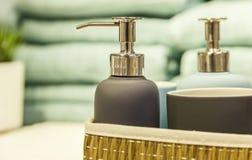 Accesorios del cuarto de baño en el estante Imagen de archivo