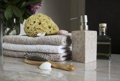 Accesorios del cuarto de baño y el cuidar en exceso Fotos de archivo libres de regalías