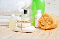 Accesorios del cuarto de baño y toalla blanca Jabón y loción Accesorios del cuidado de la belleza para el baño Foto de archivo libre de regalías