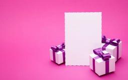 Accesorios del día de fiesta en un fondo rosado Fotos de archivo libres de regalías