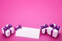 Accesorios del día de fiesta en un fondo rosado Imágenes de archivo libres de regalías