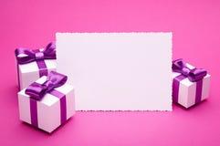 Accesorios del día de fiesta en un fondo rosado Fotografía de archivo libre de regalías