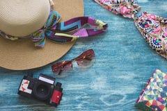 Accesorios del día de fiesta de la playa en un fondo de madera azul Fotos de archivo libres de regalías