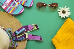 Accesorios del día de fiesta de la playa en un fondo de madera azul Fotografía de archivo libre de regalías