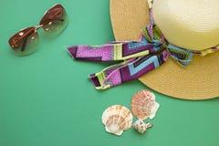 Accesorios del día de fiesta de la playa en un fondo de madera verde Imagen de archivo libre de regalías