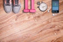 Accesorios del deporte en el piso de madera Fotografía de archivo