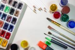 Accesorios del dibujo - pinturas coloreadas, cepillos, lápices Imagen de archivo libre de regalías