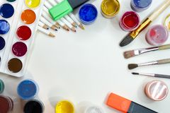 Accesorios del dibujo - pinturas coloreadas, cepillos, lápices Foto de archivo libre de regalías