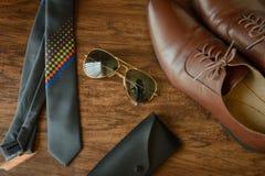 Accesorios del equipo de los hombres, zapatos de cuero, corbata Imágenes de archivo libres de regalías