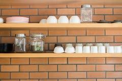 Accesorios del estante de la taza de café y de la taza del plato Fotos de archivo