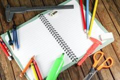 Accesorios del estudiante en la tabla de madera Fotografía de archivo