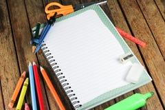 Accesorios del estudiante en la tabla de madera Imagen de archivo
