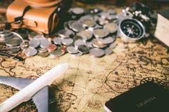Accesorios del explorador del viaje del vintage en mapa Fotos de archivo libres de regalías