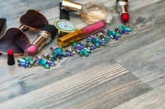 Accesorios del fondo de la moda cepillo de los vidrios de las sombras, cosméticos Fotografía de archivo