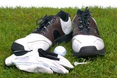 Accesorios del golf en hierba Foto de archivo libre de regalías