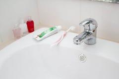 Accesorios del grifo, de la crema dental, del cepillo de dientes y del baño Imagen de archivo