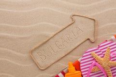 Accesorios del indicador y de la playa de Bulgaria que mienten en la arena Imagenes de archivo
