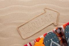 Accesorios del indicador y de la playa de Larnaca que mienten en la arena Foto de archivo libre de regalías