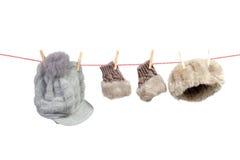 Accesorios del invierno de las mujeres en la cuerda para tender la ropa Fotografía de archivo libre de regalías